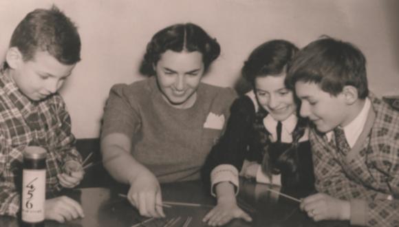 Photo :Greta Fischer playing with child survivors at Kloster Indersdorf, 1945